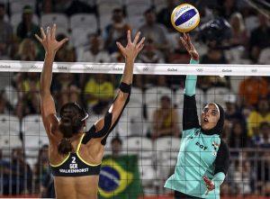 BRASIL RÕO 2016 VOLEIBOL PLAYA:CDA237. RÕO DE JANEIRO (BRASIL), 07/08/2016.- Doaa Elghobashy (d) de Egipto pasa el balÛn frente a Kira Walkenhorst (i) de Alemania durante un juego de voleibol playa masculino de los Juegos OlÌmpicos RÌo 2016 hoy, domingo 7 de agosto de 2016, en la playa de Copacabana en RÌo de Janeiro (Brasil). EFE/ANTONIO LACERDA