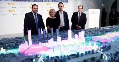 El ministro de Fomento, la alcaldesa de Madrid Manuela Carmena, el concejal de Urbanismo y el presidente de DCN, frente a la maqueta de Nuevo Norte.