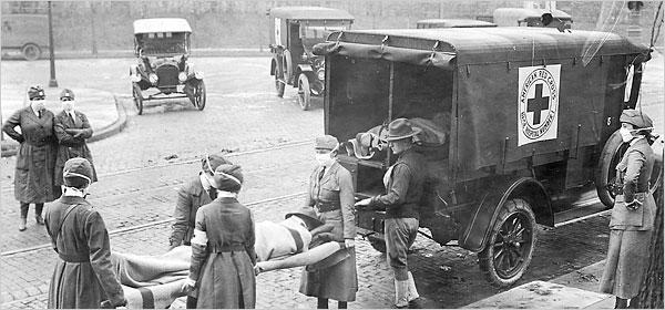 Fotografía antigua en blanco y negro. Varios hombres con mascarilla transportan a otro en camilla frente a un vehículo de la cruz roja.