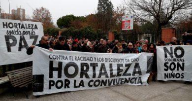 Manifestación en apoyo a los menores no acompañados en el barrio de Hortaleza. Pancartas: 'Contra el racismo y los discursos de odio, Hortaleza por la convivencia', 'No son MENAS, son niños', 'Hortaleza unida por la paz'