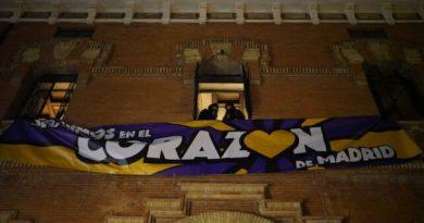 """Pancarta descolgada durante la okupación de la nueva ubicación del centro social la ingobernable. """"Seguimos en el corazón de Madrid"""""""
