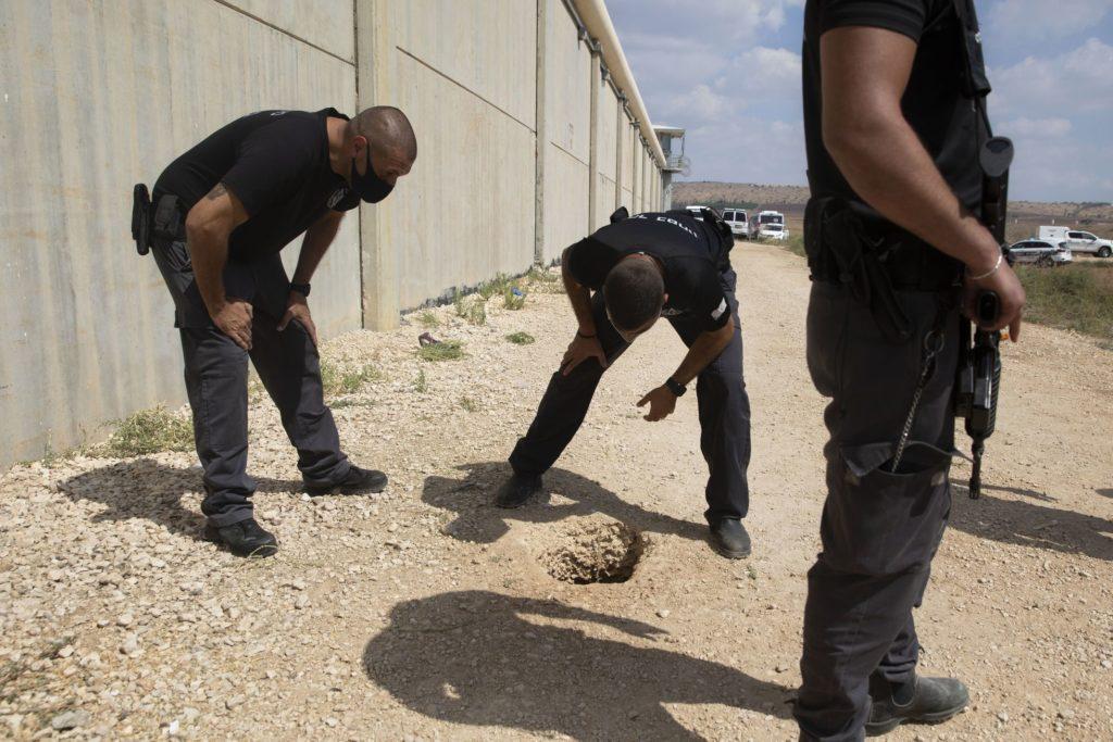 Policías y guardias inspeccionan el lugar donde se efectuó una fuga en la prisión de Gilboa, en el norte de Israel, el lunes 6 de septiembre de 2021.