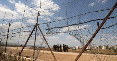 Soldados israelíes se reúnen al otro lado de una valla de seguridad en la ciudad cisjordana de Jenin, el 6 de septiembre de 2021