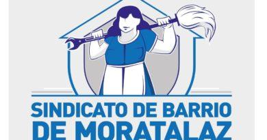 Imagen icónica de una mujer sujetando una herramienta que por un extremo es una fregona y por otra una llave inglesa